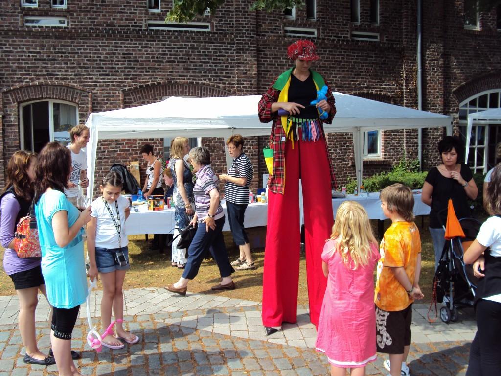 Eva als Clown auf Stelzen in Dortmund